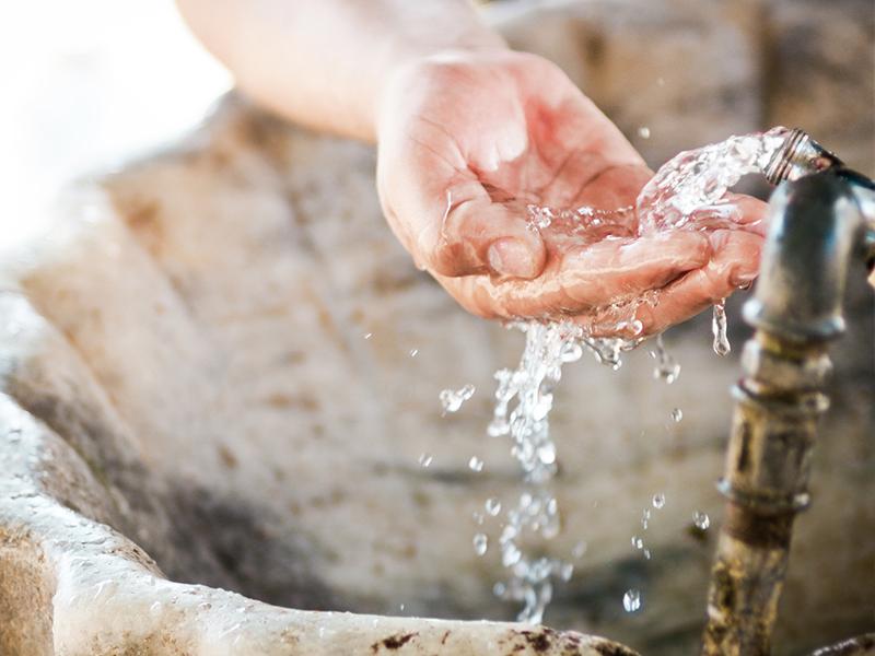 水从喷泉里流出来